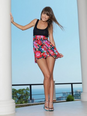 Позирование красивой Mia на террасе виллы (16 фото)