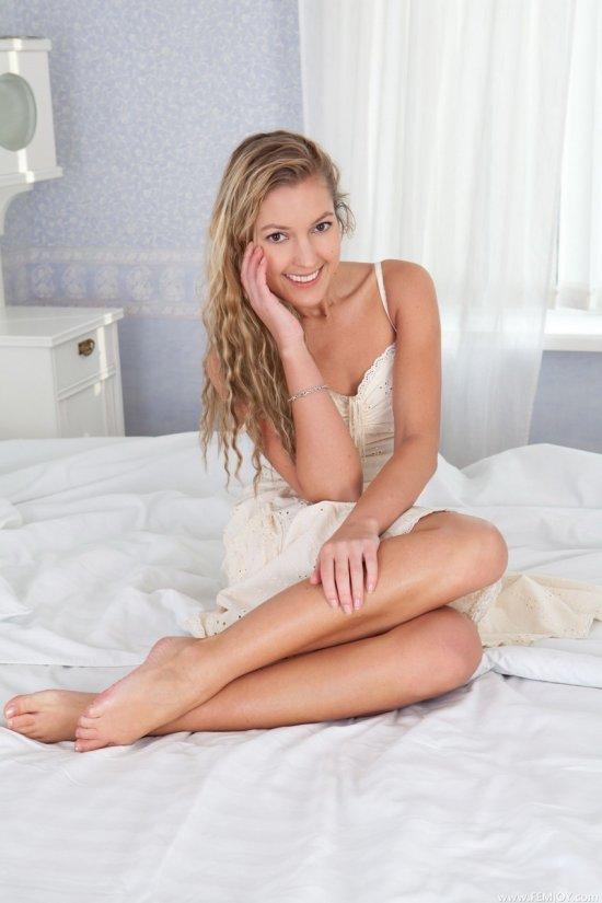 Эротика Sarash в белоснежной спальне (15 фото)