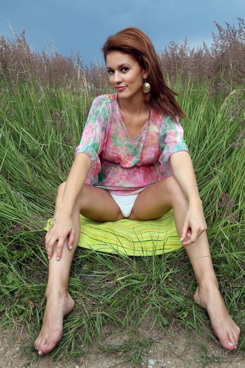 Фото ню девушки на поляне