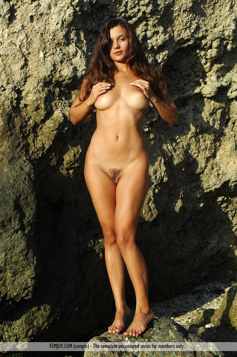 Эротическое обнажение мокрой девушки
