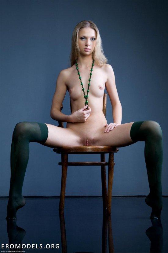 Милашка Augusta Crystal в чулочках зеленого оттенка (12 фото)