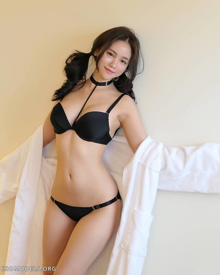азиатка в сексуальном нижнем белье