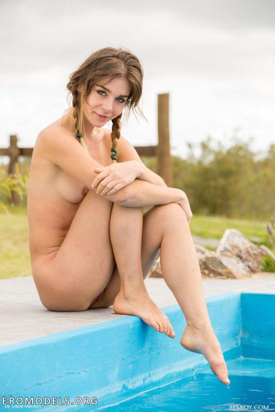 Ищущая нечто интимное вблизи бассейна Natalia (32 фото)