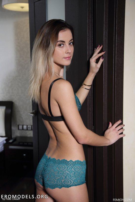 Элегантно выходящая из комнаты Benita (20 фото)