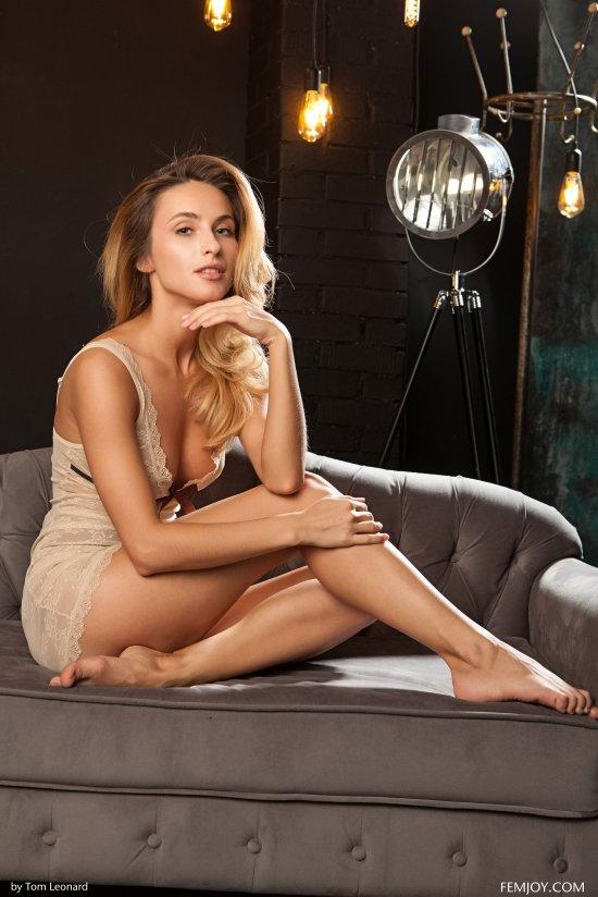 Как же сексуально она смотрится в студии - Rena (32 фото)