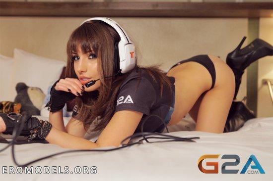 Красотки среди играющих в игры девушек (50 фото)