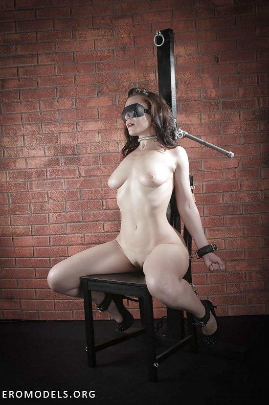 Связанные веревками на стуле девушки (30 фото)